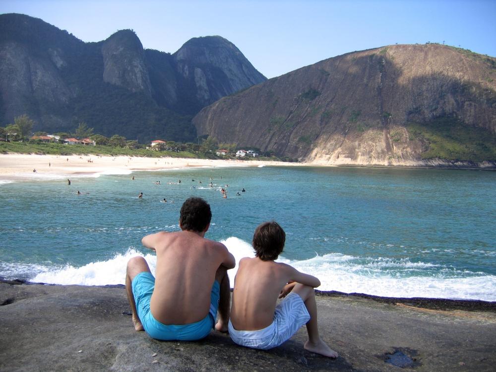 Pai_e_filho_olhando_a_praia