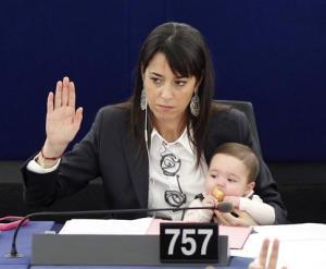 licia-ronzulli-bebe-no-trabalho-55-579